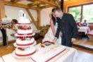 Anschnitt der Hochzeitstorte im Kirchenwirt Puch
