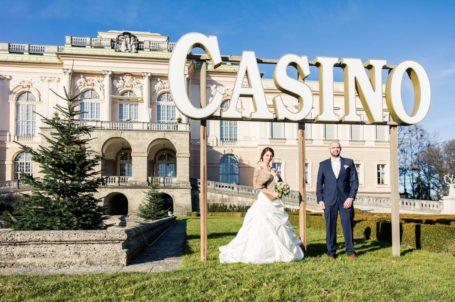 Brautpaar vorm Casino Salzburg