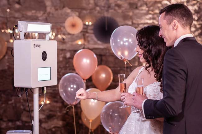 Brautpaar mit KRUU Hochzeitsfotobox