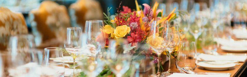 Tischblumen bei der Hochzeit