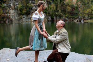 Der Bräutigam, kniend vor der Braut