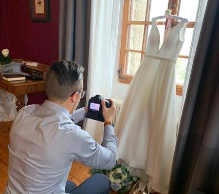 Hochzeitsfotograf fotografiert Brautkleid