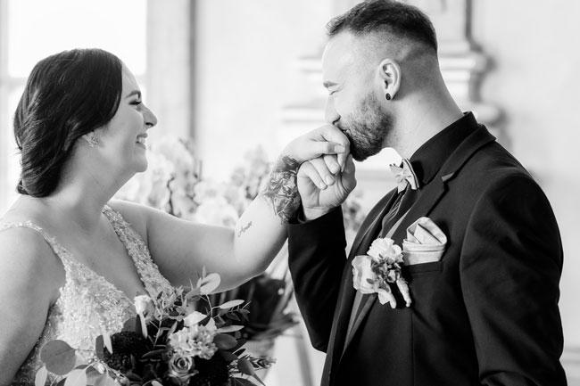 Schwarz-weiß Foto des Brautpaars