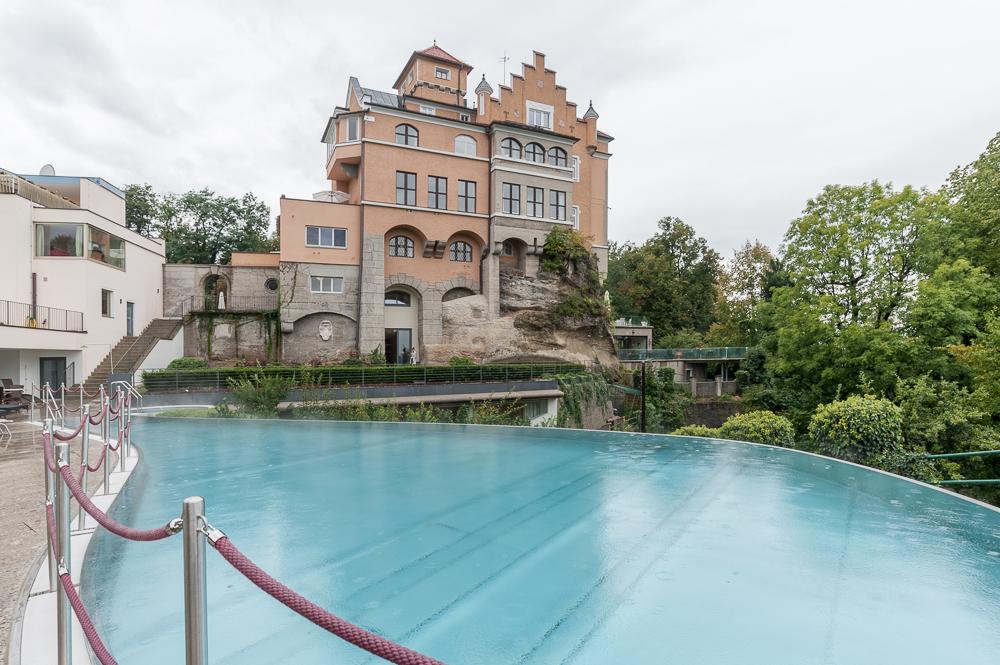 Schlossansicht und Blick über den Pool