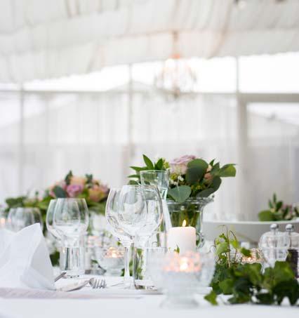 Helle Tischblumen einer Hochzeit