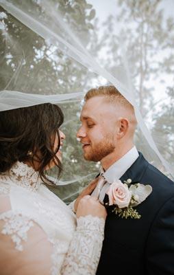 Helles und fröhliches Hochzeitsfoto des Brautpaar