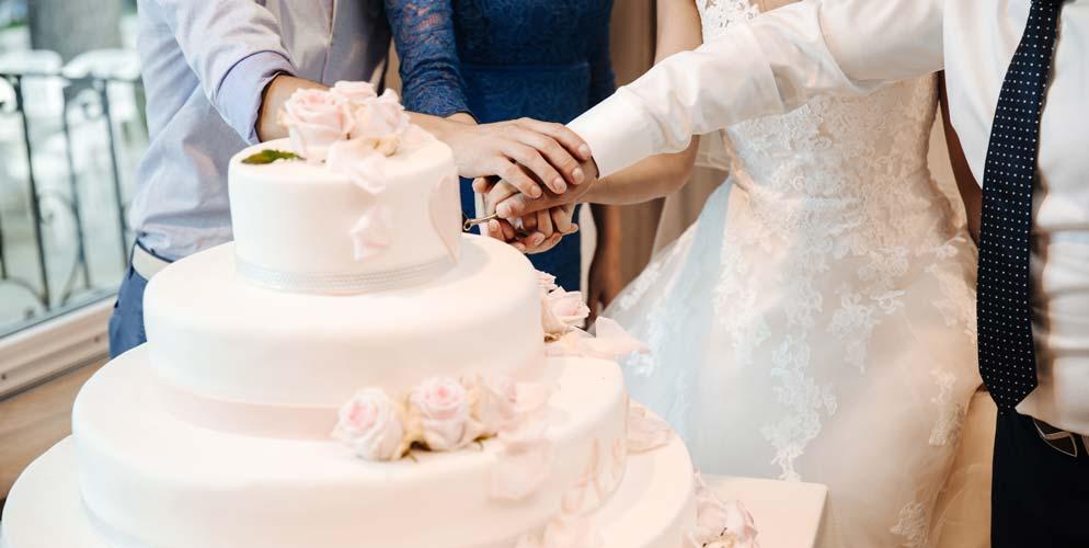 Hochzeitstorte beim Anschnitt
