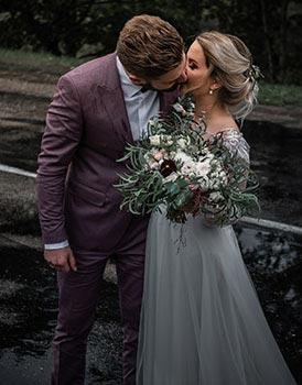Hochzeitsanzug in dunkelrot
