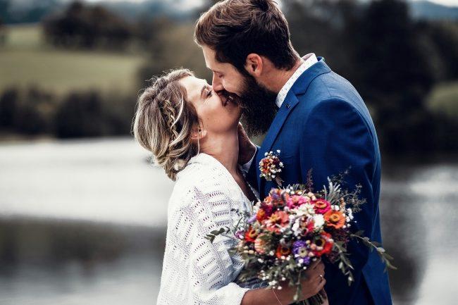 Brautpaar küsst vor See
