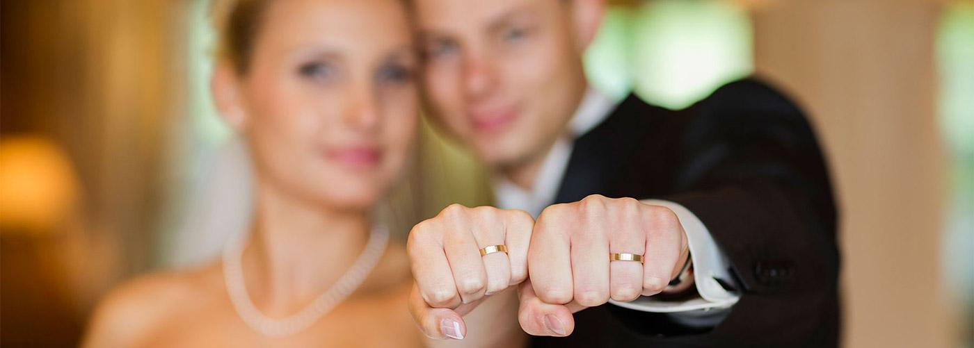 Brautpaar Fäuste Ringe