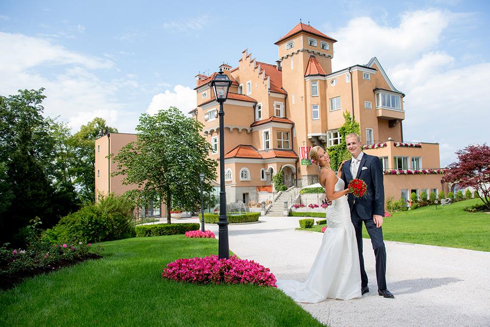 Brautpaar vor dem Schloss