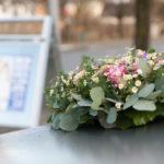 Blumenschmuck am Hochzeitsfahrzeug
