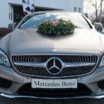 Blumenschmuck am Hochzeits-Auto