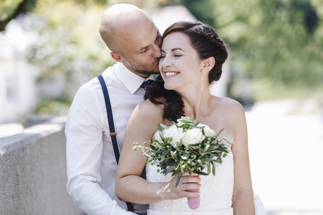 Küssendes Brautpaar
