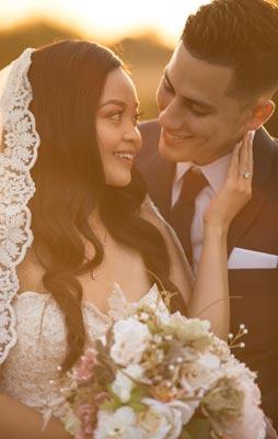 Warmes Hochzeitsfoto des Brautpaar